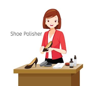 Vrouwen polijsten haar schoenen, vrouwelijke schoenpoetsmachine