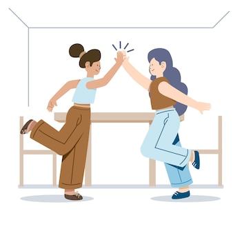 Vrouwen staan zijwaarts en geven high five
