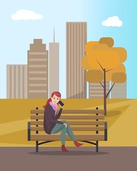 Vrouwendame die op mobiele telefoon op bank spreken