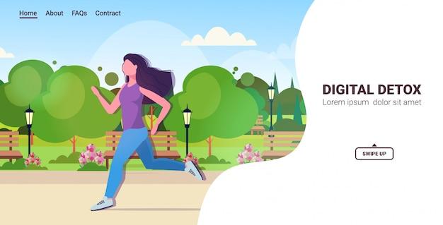 Vrouwenjogging in parkmeisje die van digitaal detoxconcept rusten van de apparaten gezond levensstijl