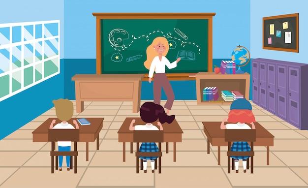 Vrouwenleraar met meisjes en jongensstudenten in de bureaus