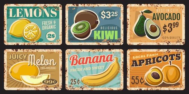 Vruchten roestige platen. handgetekende vectorcitroenen, kiwi en avocado, meloen, banaan en abrikozen. lokale biologische markt voor boerderijproducten, blikken borden met tropisch fruit, metalen platen van grunge of prijskaartjes