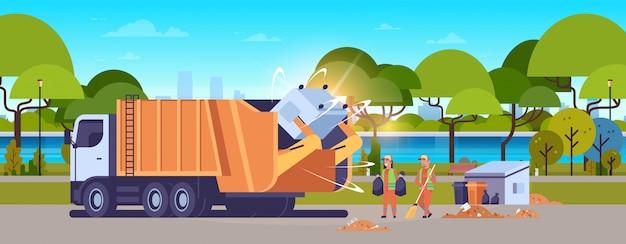 Vuilniswagen oppakken van prullenbak conciërges met zwart afval