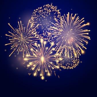 Vuurwerk barst in verschillende vormen. vuurwerk explosie in de nacht. voetzoekerraketten die in grote fonkelende sterballen barsten