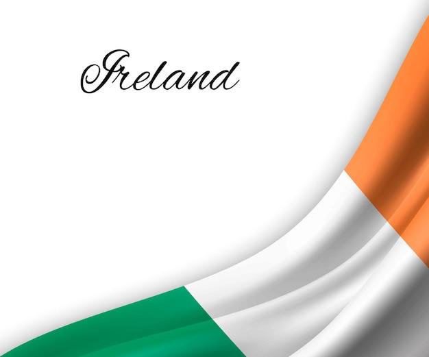 Wapperende vlag van ierland op witte achtergrond.