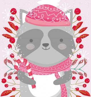 Wasbeer met sjaal en muts omgeven door bessen