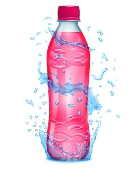 Water spatten in blauwe kleuren rond een plastic fles met roze vloeistof. fles met roze dop, gevuld met roze sap