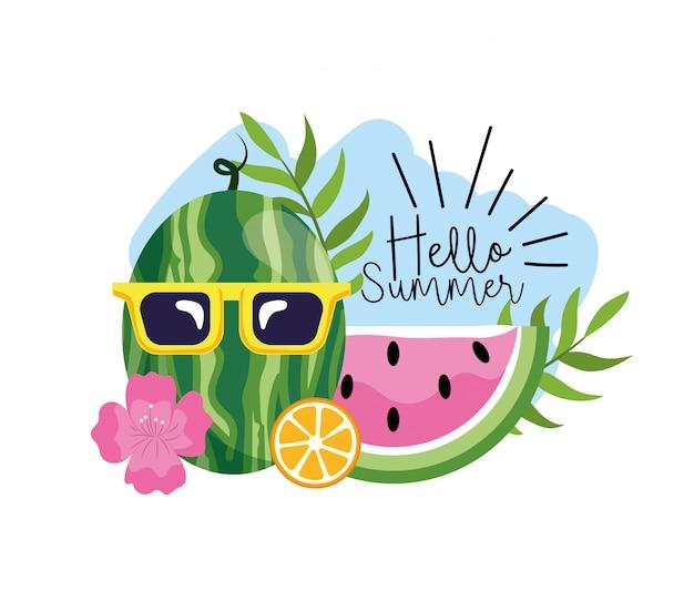 Watermeloen die zonnebril met tropische bloemen en bladeren draagt