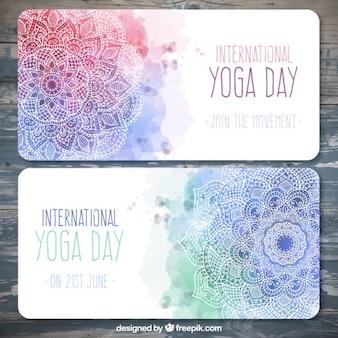 Waterverf het yoga dag banners met de hand getekende mandala's