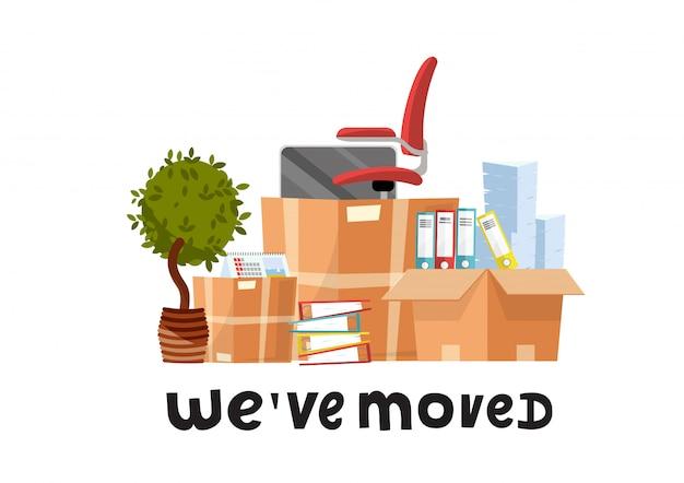 We zijn verhuisd - met de hand getekende belettering citaat. veel open kartonnen dozen met kantoorbenodigdheden - mappen, documenten, monitor, rode stoel op wielen, potplanten. platte cartoon ingesteld op witte achtergrond