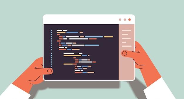 Webontwikkelaar handen met behulp van tablet pc maken programmacode ontwikkeling van software en programmeren concept