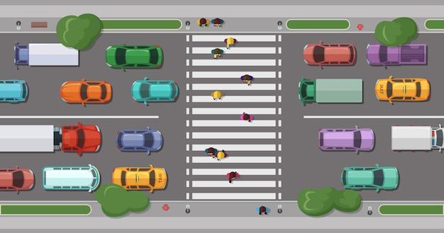 Weg met auto's voor voetgangersgebied met lopende mensen.