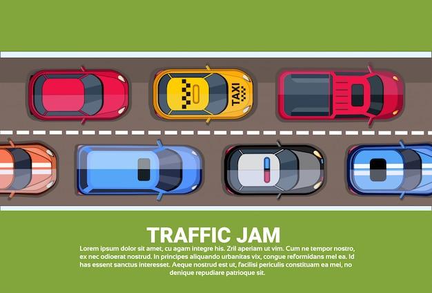 Weg vol met verschillende auto's bovenste hoekmening van verkeersopstopping op snelweg