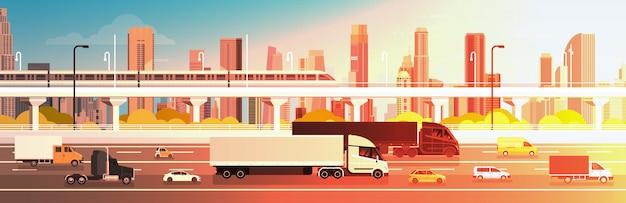 Wegweg met auto's, vrachtwagen en ladingsvrachtwagens over stads achtergrondverkeersconcept