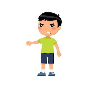 Weinig aziatische jongen die duim omlaag gebaar toont. boos kind dat alleen staat. persoon negatieve emotie, meningsverschil