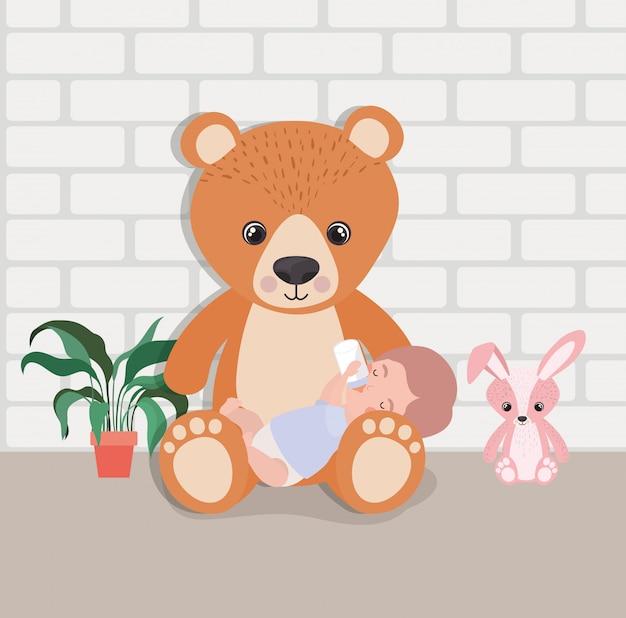 Weinig babyjongen met gevuld speelgoedkarakter