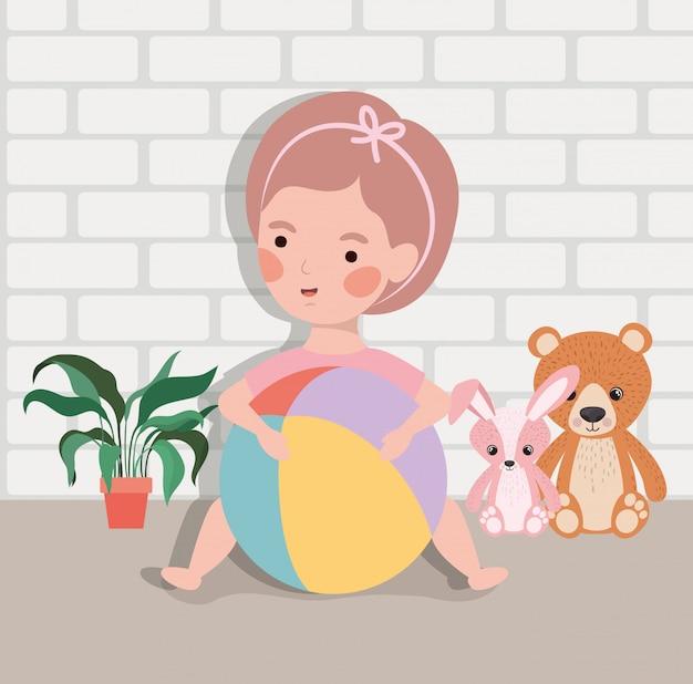 Weinig babymeisje met ballonplastiek en gevuld speelgoed