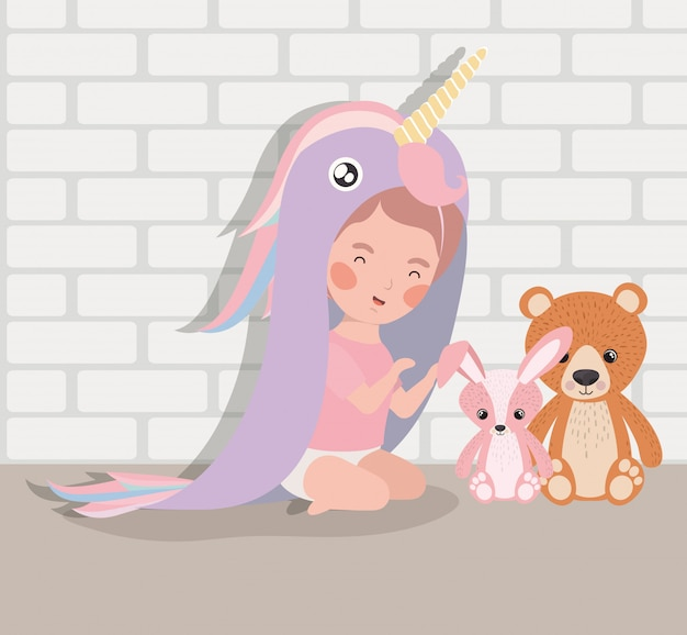 Weinig babymeisje met gevuld speelgoed en kostuum
