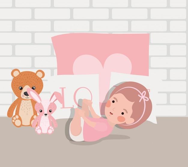 Weinig babymeisje met gevuld speelgoedkarakter