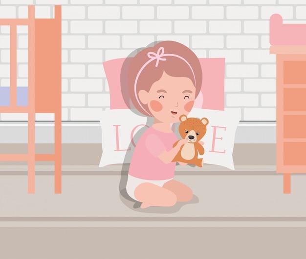 Weinig babymeisje met teddy speelgoedkarakter