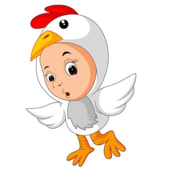 Weinig grappige baby die hanenkostuum draagt