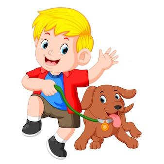 Weinig jongen die met hond loopt