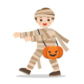 Weinig jongen in mummiekostuum met pompoenmand voor trick or treat op witte achtergrond. fijne halloween.
