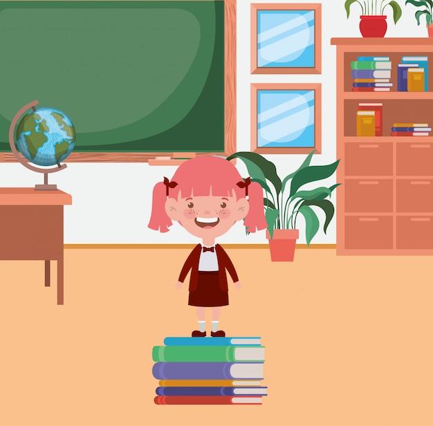 Weinig studentenmeisje met stapelboeken in het klaslokaal