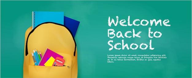 Welkom terug op schoolbannermalplaatje met realistische rugzak en schoolbordachtergrond.