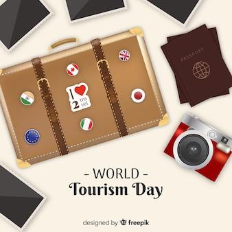 Wereld toerisme achtergrond met bagage, paspoort en foto's