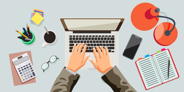 Werken en typen met laptop. bovenaanzicht bezig met bureauconcept.