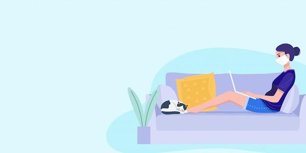 Werken vanuit huis concept, een jonge vrouw zittend op een bank en die op laptop werkt.