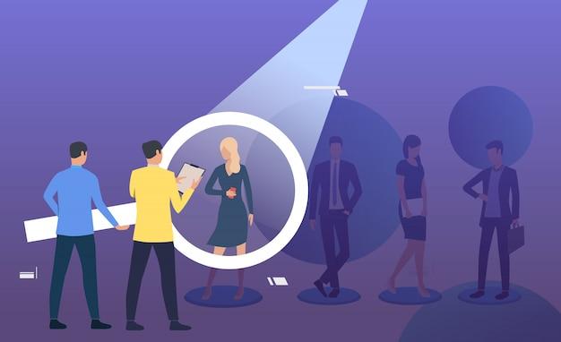 Werkgever en kandidaat praten door vergrootglas