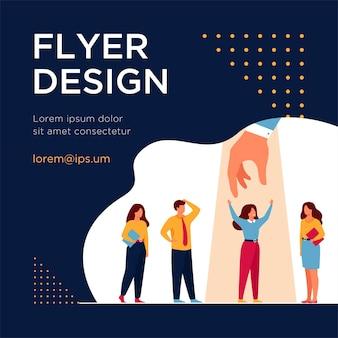 Werkgever kiezen beste professional in groep kandidaten, hand geven aan vrouw onder schijnwerpers. flyer-sjabloon