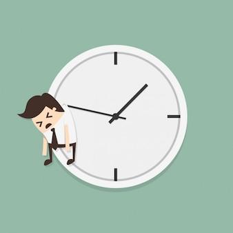 Werknemer ophangen van een klok