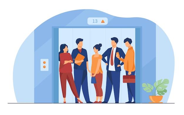 Werknemers die de lift van het kantoorgebouw gebruiken