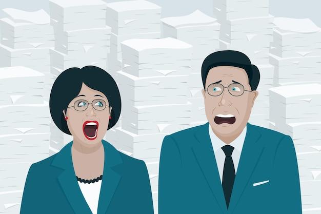 Werknemers of leidinggevenden op kantoor man en vrouw tegen de achtergrond van een enorme stapel papier en documenten