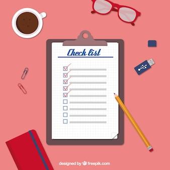 Werkplek met checklist en decoratieve voorwerpen