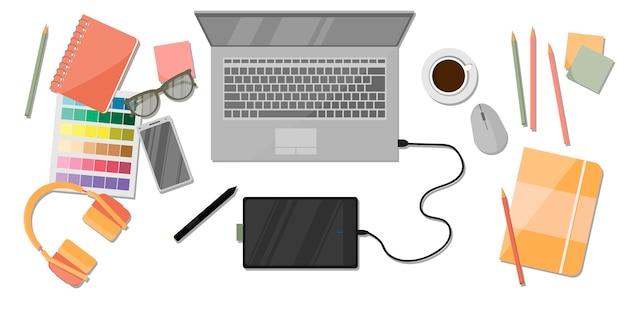 Werkplekorganisatie voor digitale kunstenaars. computer, documenten, brillen, koffie, grafieken en grafieken.