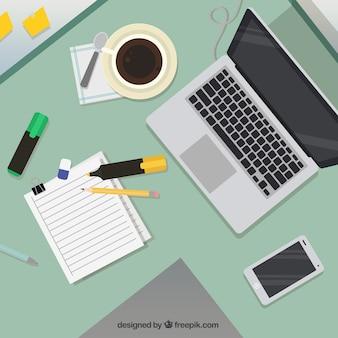 Werkruimte met laptop en koffie
