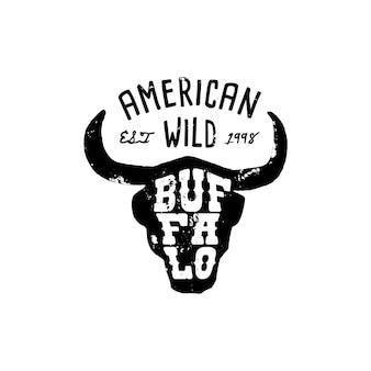 Westerse logo skull buffalo hand draw grunge stijl. wild west-symbool zingen van de hoorns van een koe en retro typografie. vintage embleem voor t-shirt afdrukken. vector silhouet illustratie koe