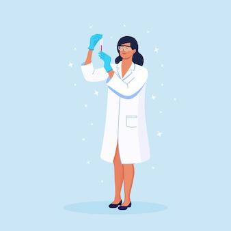 Wetenschapper die een reageerbuis vasthoudt. chemici ontdekken antivirale middelen in chemische en medische laboratoria. artsen die monsters bestuderen. chemisch laboratoriumonderzoek