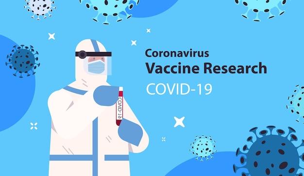 Wetenschapper die flesjefles met coronavirusvaccinonderzoeker in beschermend pak houdt die in laboratoriumvaccinontwikkeling werkt strijd tegen covid-19 concept horizontale illustratie