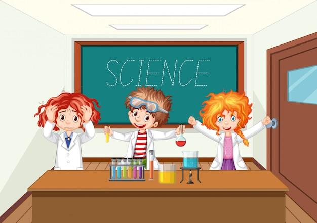 Wetenschapper die met wetenschapshulpmiddelen werkt in laboratorium
