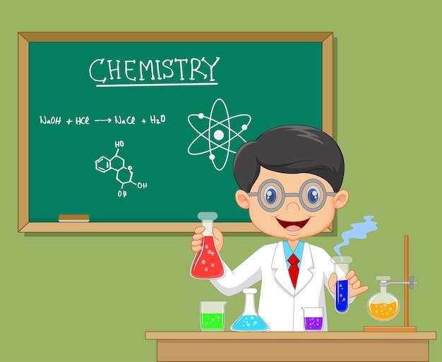 Wetenschapperjongen in laboratoriumlaag