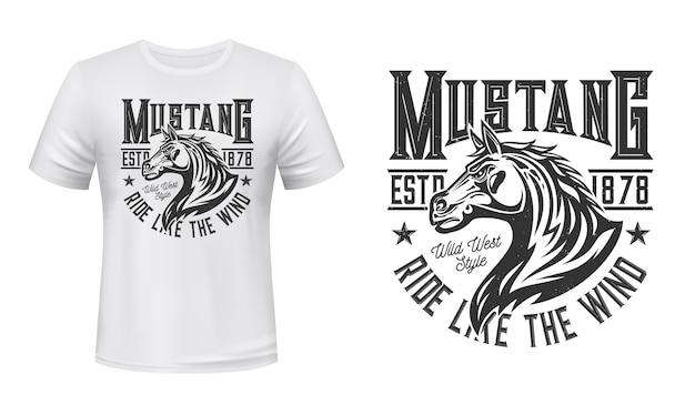 Wild mustang hengst t-shirt print. paard hengst hoofd met wuivende manen illustratie en typografie. aangepaste print van paardrij-, paardensport- of raceclubkleding in het wilde westen