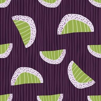 Willekeurig naadloos abstract plakjespatroon. hand getrokken fruitvormen in groene lichttonen op paarse gestripte achtergrond.