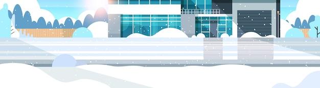 Winter besneeuwde moderne cottage huis buitenkant villa gebouw voorstedelijk gebied sneeuwval zonneschijn vlak en horizontaal vector illustratie