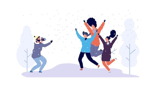 Winter fotoshoot. gelukkige vrienden die foto in besneeuwd park maken.