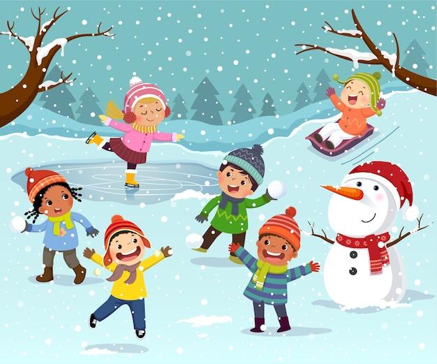Winteractiviteiten in de buitenlucht met kinderen en sneeuwpop